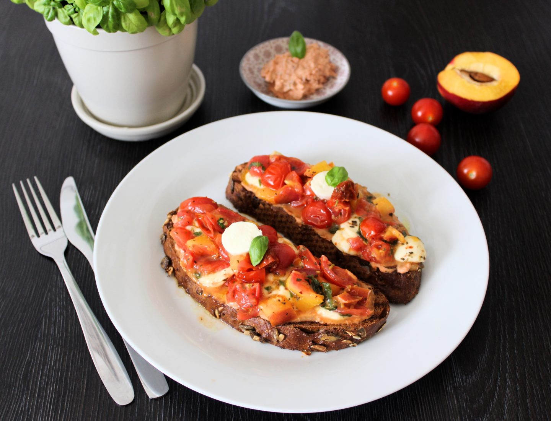 schneller Paradeiser-Nektarinen Salat auf knusprigem Brot